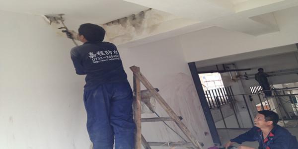 长沙房屋漏水,嘉程为贫苦家庭补好多年漏水二手房